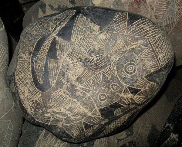 具有細緻皮膚紋理的恐龍圖案的史前刻石。(明慧網)