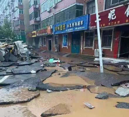 鞏義米河鎮洪水退去後,到處一片狼藉。(網絡圖片)