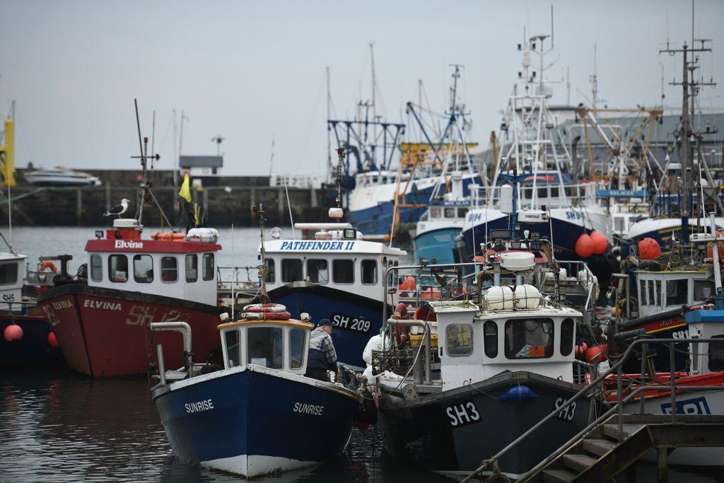 停泊在英格蘭東北Scarborough碼頭的漁船。(OLI SCARFF/AFP via Getty Images)