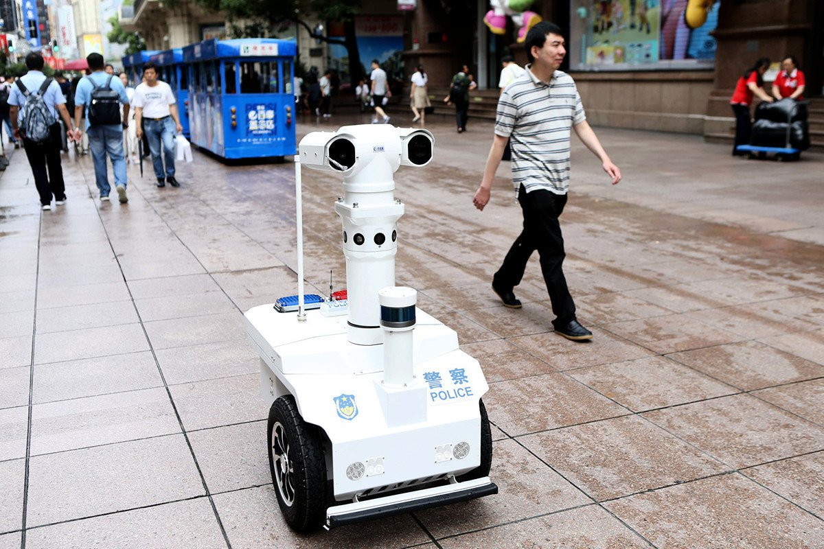 中共監控民眾的手段持續升級。目前上海推出5G警用巡邏機械人,上街監視民眾的行為。圖為9月6日,上海首位5G機械人警察「瓦力」在南京路步行街巡邏。(大紀元資料室)