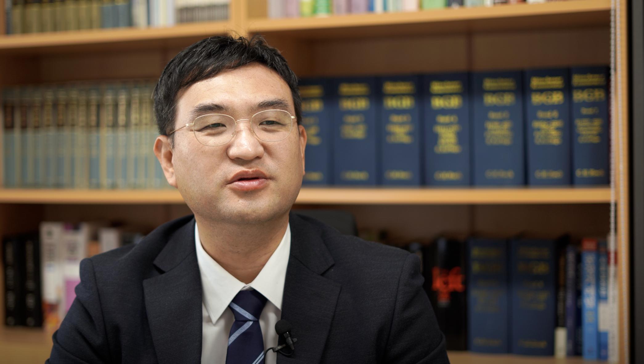 前任法官、誠信女子大學法學教授、未來對策行動共同代表金峰秀接受採訪。(新唐人截圖)
