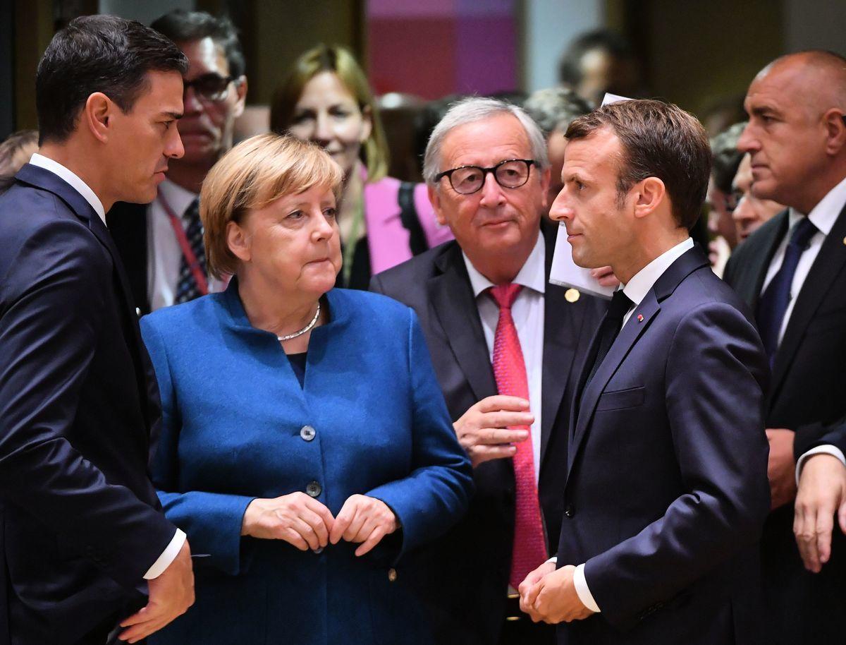 馬克龍(右)將於下周二與中國國家主席習近平、德國總理安吉拉‧默克爾(左)、歐盟委員會主席讓-克洛德·容克(中)在巴黎舉行會談。 (EMMANUEL DUNAND/AFP/Getty Images)
