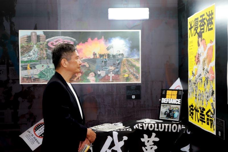 中華民國文化部長李永得參觀「反抗的畫筆—香港反送中運動周年圖像展」。(文化部提供)