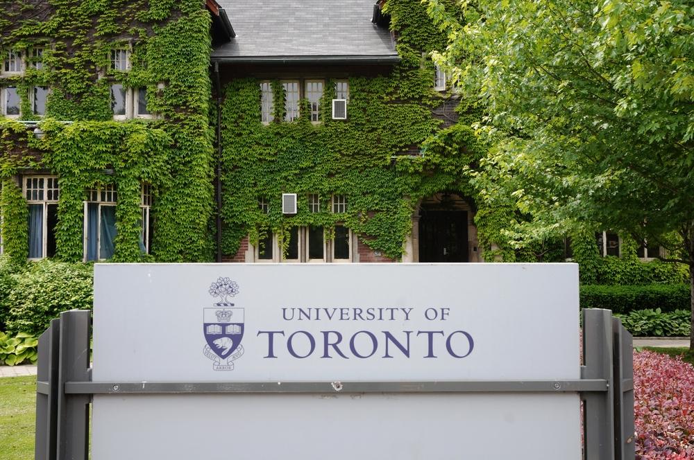 加拿大《多倫多星報》(Toronto Star)2021年9月18日報道說,一個來自中國西南部的留學生因在網上發了3則推文,導致僅有2個粉絲的他旋即遭到中共網警的跨海威脅,中國國內父母也遭國保騷擾。圖為多倫多大學。(Shutterstock)