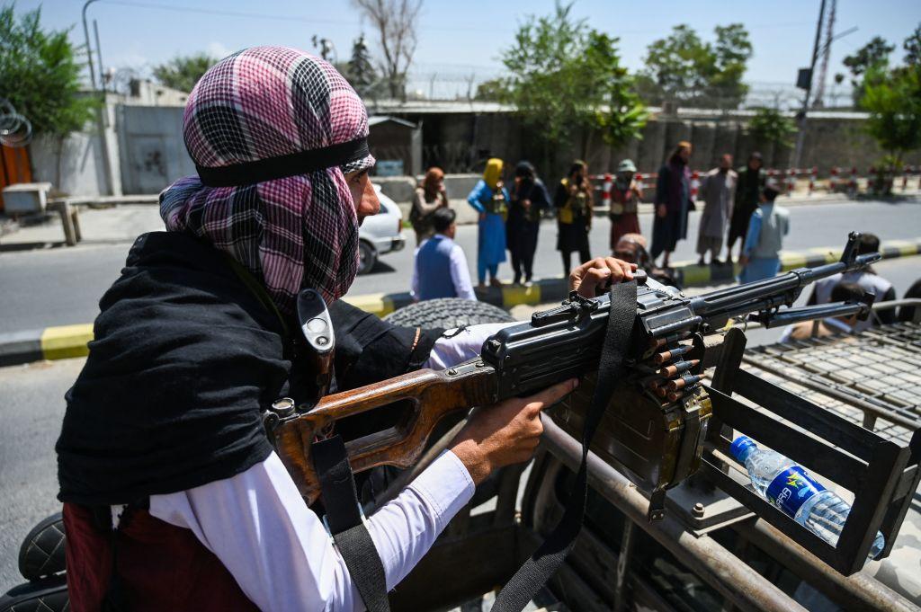 8月16日,塔利班分子在阿富汗首都喀布爾街頭巡邏。(Wakil Kohsar/AFP)