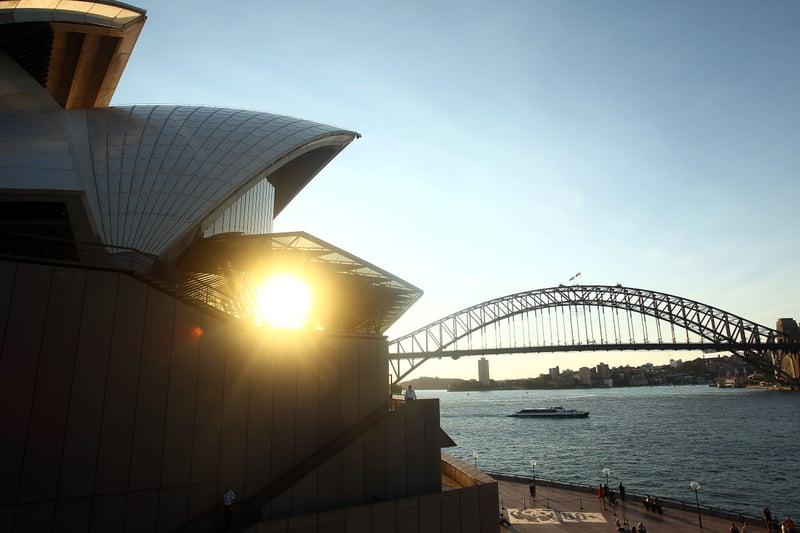 一年之中,澳洲出口盈利最豐厚的產業——鐵礦石的價格飛漲到。中共一邊制裁澳洲多項出口產品,企圖重創澳洲經濟,一邊又不得不大量購買高價澳洲鐵礦石和天然氣,給澳洲經濟輸血。圖為朝陽映照下的澳洲悉尼港。(Mark Metcalfe/Getty Images)