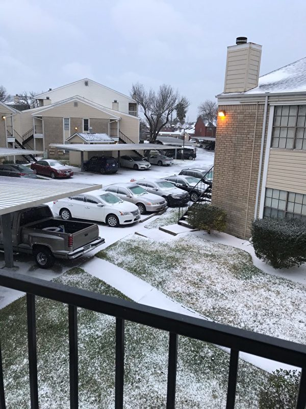 2月15日,一場冬季風暴襲擊德州,歷史罕見低溫,侯斯頓路面上都是冰雪。(大紀元)