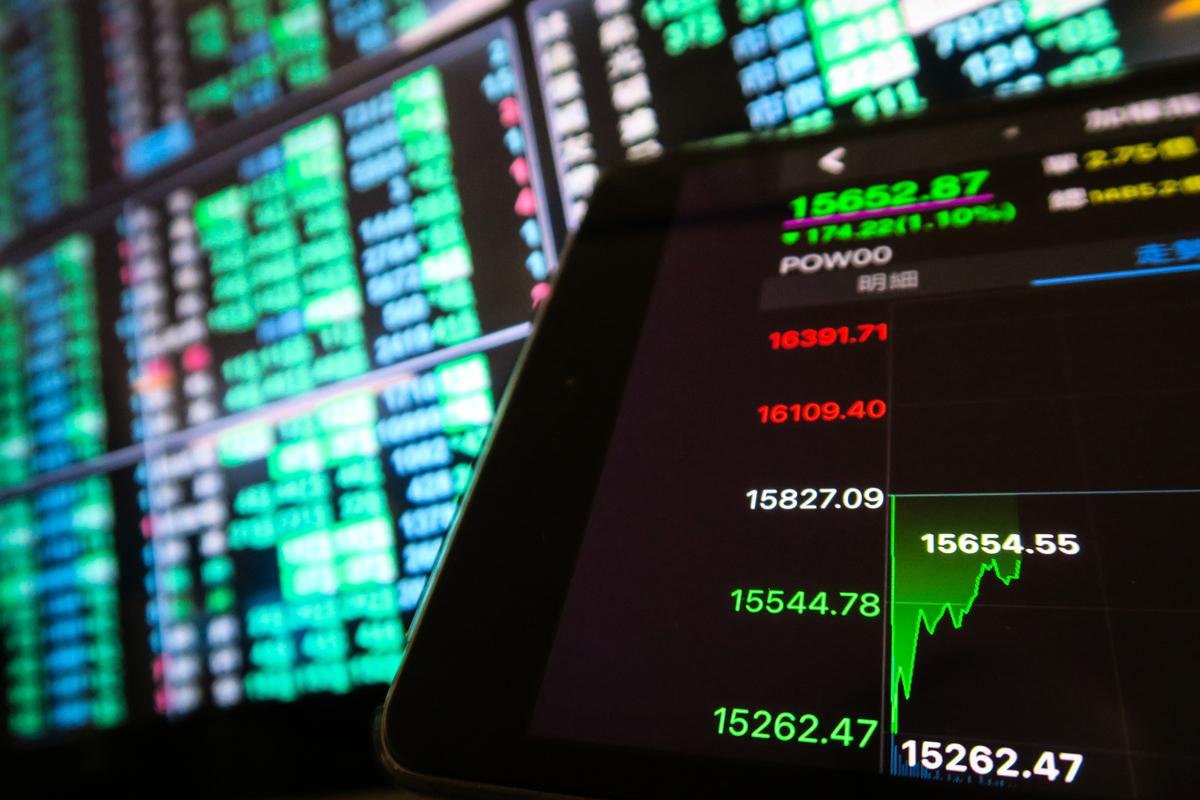 近期台股震盪劇烈,讓投資者頻繁短線進出,當沖比屢創歷史新高。(中央社)