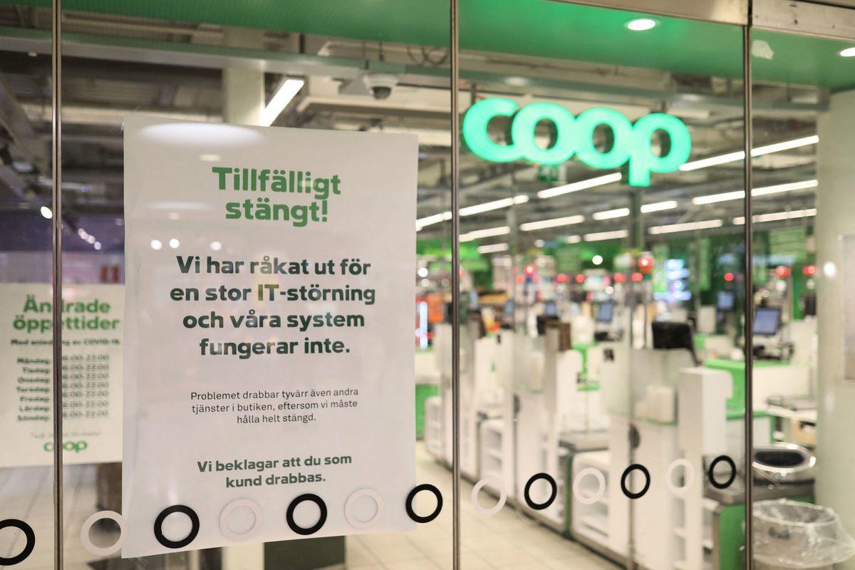 美國資訊公司Kaseya行政總裁沃科拉(Fred Voccola)坦承,全球大約有800至1500家企業受到勒索軟件攻擊。圖為受影響關閉數百家門店的瑞典超市Coop,在攻擊三天後大部份都還無法營業。(ALI LORESTANI/TT NEWS AGENCY/AFP via Getty Images)