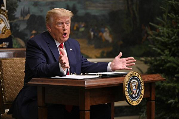 2020年11月26日感恩節,特朗普在和駐外美軍領導人通話。(ANDREW CABALLERO-REYNOLDS/AFP)