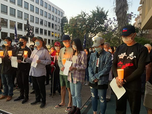6月4日晚,洛杉磯香港論壇成員及海外民眾聚集在洛杉磯中領館前,舉行「六四」燭光悼念活動。(姜琳達/大紀元)
