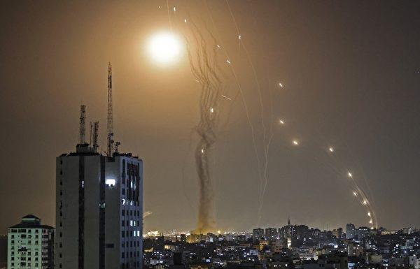 2021年5月11日,哈馬斯向以色列發射火箭彈。(MAHMUD HAMS/AFP)