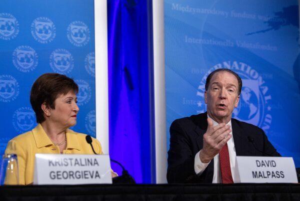 2020年3月4日,世界銀行行長馬爾帕斯(右)與IMF總裁格奧爾基耶娃(左)在華盛頓特區就新冠疫情舉行新聞發佈會。(NICHOLAS KAMM/AFP via Getty Images)