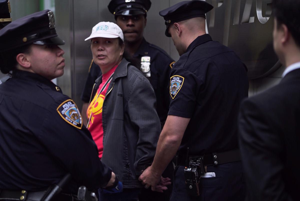 2016年5月13日,李華紅(中)因為干擾法輪功的活動被紐約警察當場拘捕。 (大紀元)