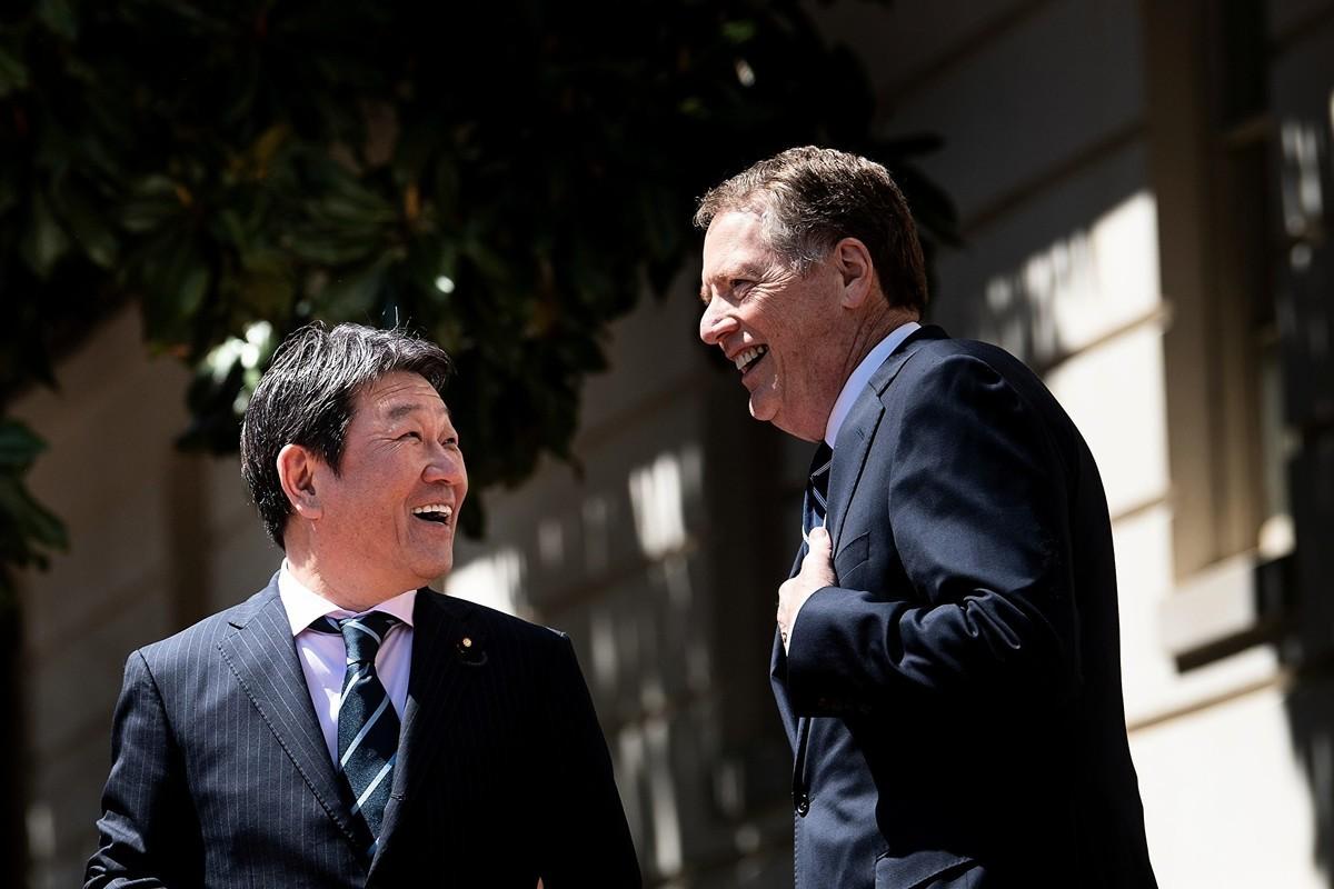 日本經濟振興大臣茂木敏充(Toshimitsu Motegi)(左)和美國貿易代表羅伯特‧萊特西澤(Robert Lighthizer)(右)在美國首都華盛頓進行貿易會談。(BRENDAN SMIALOWSKI/AFP/Getty Images)