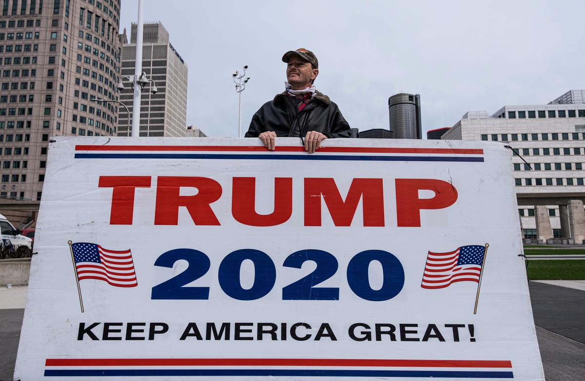 2020年11月5日,美國總統當勞特朗普(特朗普)的支持者在密歇根州底特律市中心的TCF中心外抗議。(SETH HERALD/AFP via Getty Images)
