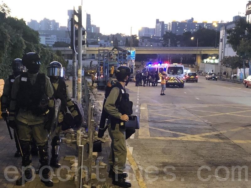 11月16日,中共駐港部隊出現街頭清理路障引起外界關注。圖為11月15日,香港警察在窩打老道聯合道駐守。(余天佑/大紀元)