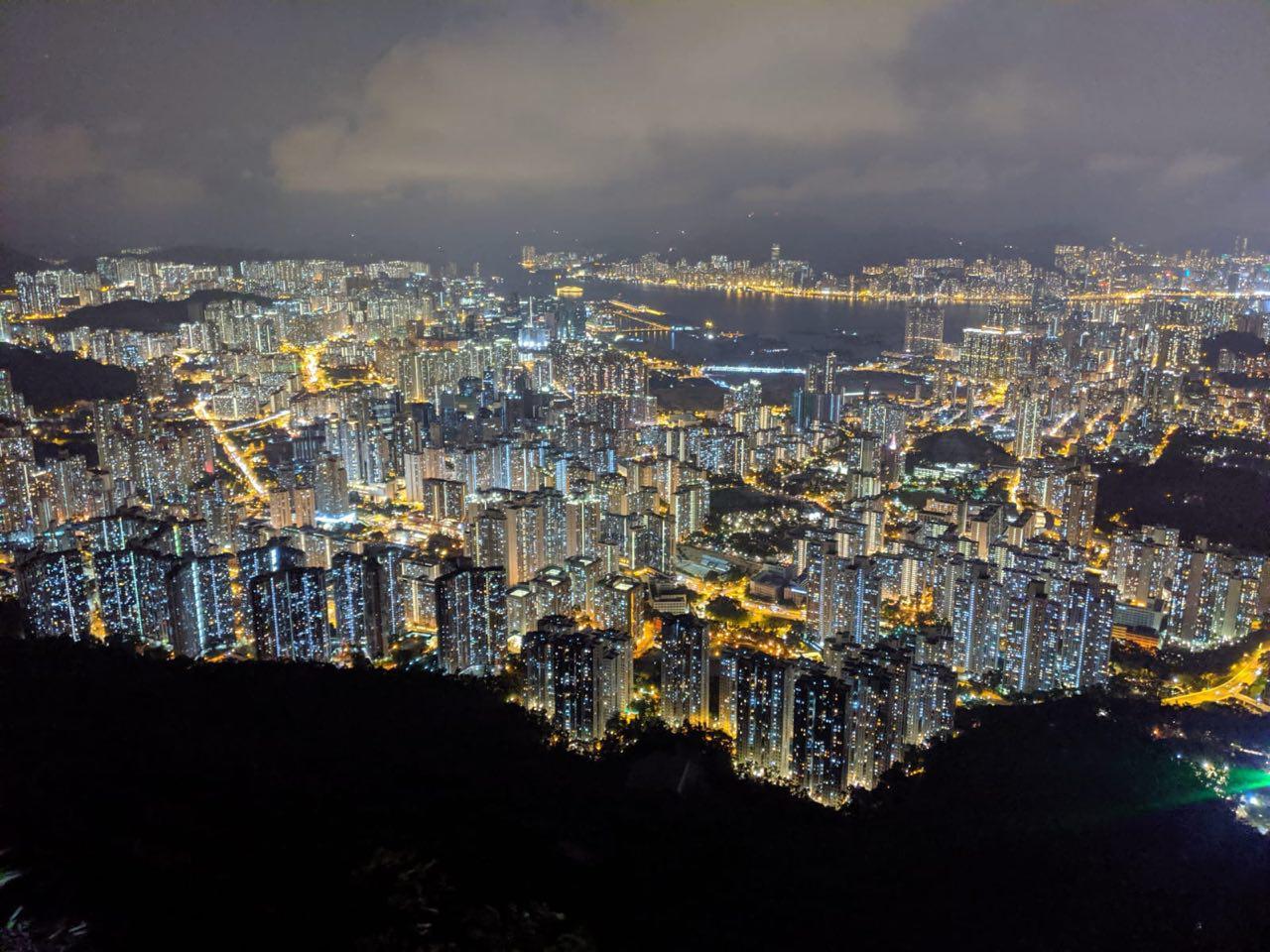 2019年9月13日,中秋節,獅子山上可以看到香港全城,市民組成人鏈,燈光閃閃,反應港人堅持抗爭的決心。(黃曉翔/大紀元)