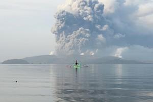 塔爾火山噴熔岩 馬尼拉機場關閉 8千人急撤