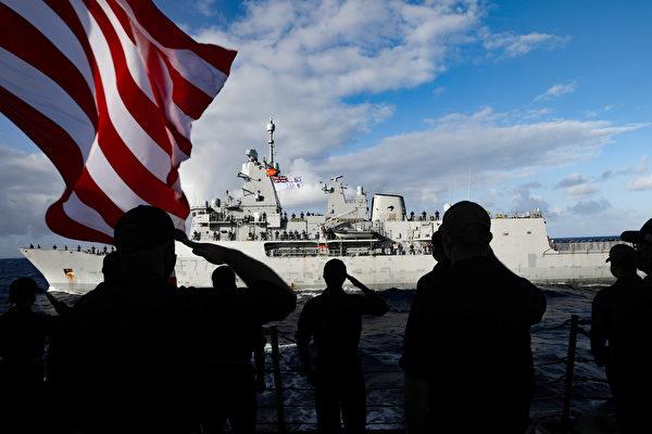 2020年12月9日,美軍的驅逐艦墨菲號(DDG 112)上的水手向紐西蘭海軍的護衛艦特卡哈號(F77)敬禮,兩國海軍於12月8日至9日在東太平洋進行了聯合演練。(美國印太司令部)