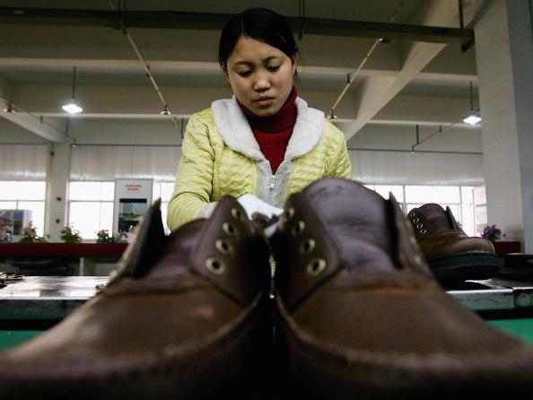 大陸一代鞋王破產。圖為浙江溫州一家皮鞋工廠女性員工。(Getty Images)