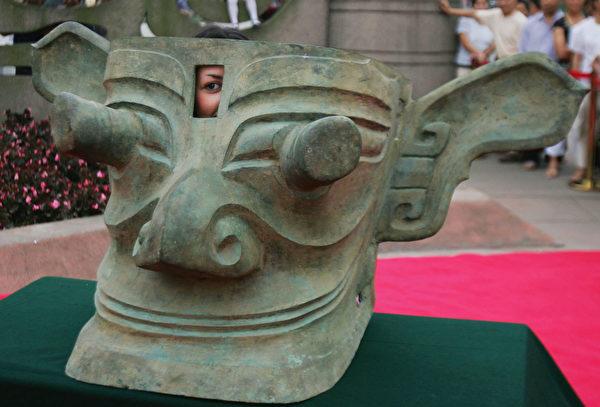 2005年6月15日,四川廣漢三星堆博物館陳列的青銅縱目面具。(China Photos/Getty Images)