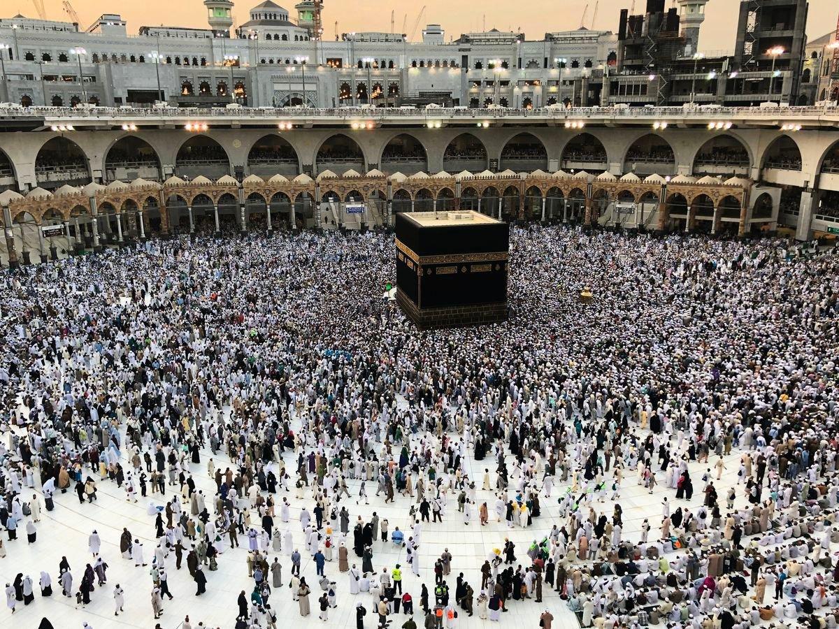 沙特阿拉伯的麥加在1月初遭大量蝗蟲侵襲,連麥加大清真寺也四處可見蝗蟲。圖為2018年8月25日,麥加大清真寺一景。(BANDAR ALDANDANI/AFP/Getty Images)