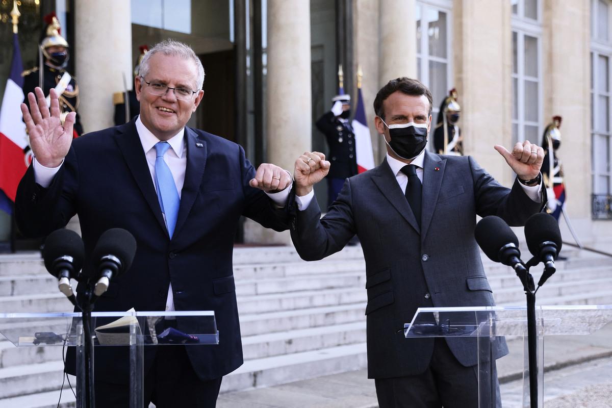 2021年6月16日(澳洲東部時間),法國總統馬克龍(右)和來訪的澳洲總理莫里森(左)在愛麗舍宮舉行新聞發佈會。(THOMAS SAMSON/AFP via Getty Images)