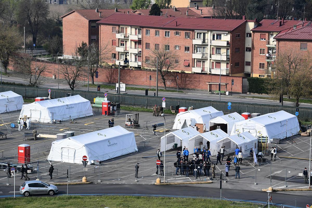 3月20日,意大利官員宣佈有627人因感染中共病毒死亡,這是自疫情爆發以來海外單日最高死亡人數,使得意大利總死亡人數達到4,032。圖為3月20日,米蘭東南部克萊莫納地區搭建的救治場所。(Photo by Miguel MEDINA / AFP)