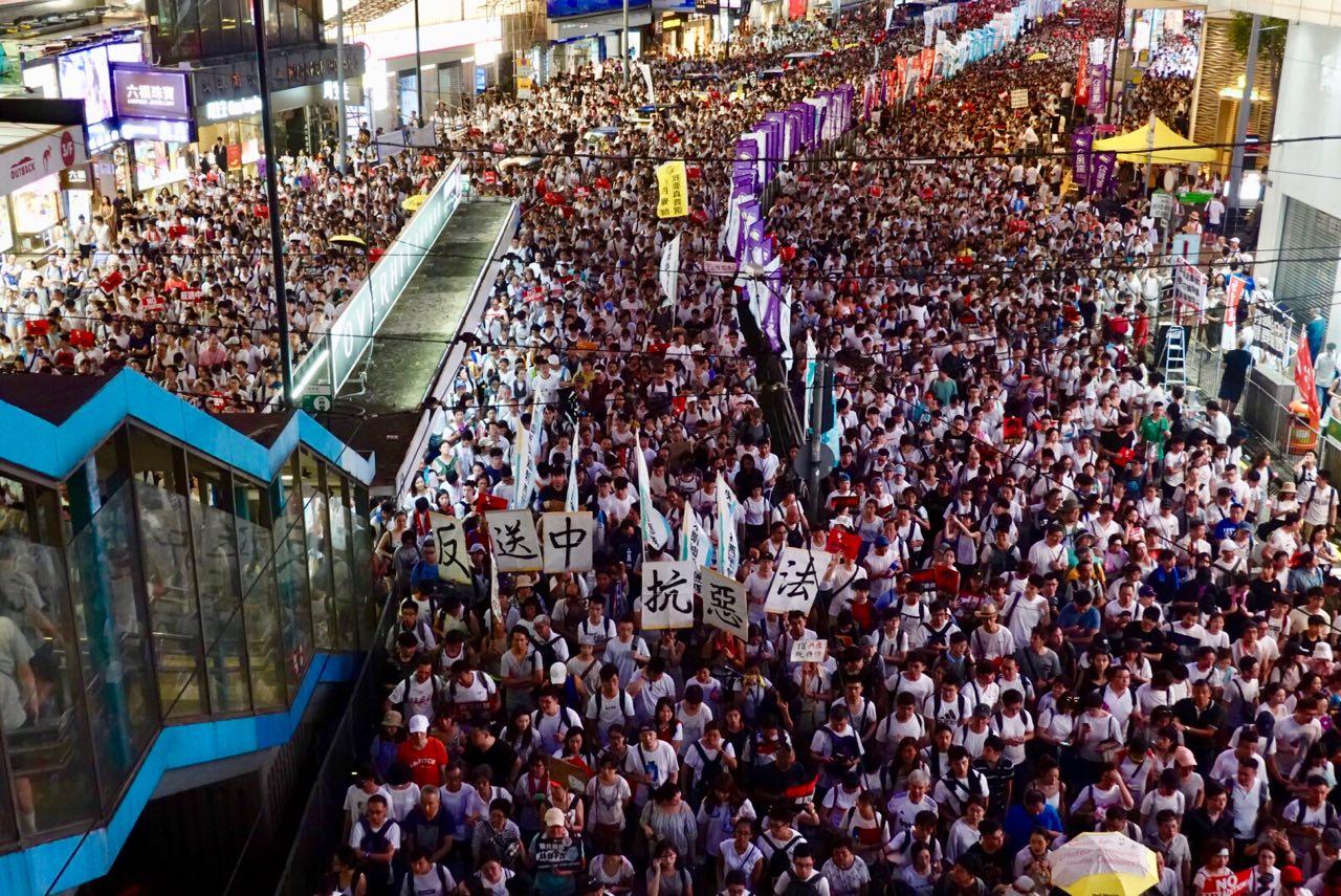 2019年6月9日,香港的反送中大遊行人眾擠滿整個街道,民眾自製各種道具展板參加。圖為遊行隊伍中「反送中 抗惡法」的展板。(余鋼/大紀元)