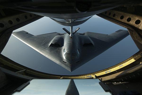 一架B-2轟炸機正在接受空中加油。(美國空軍)
