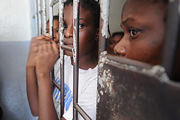 海地阿卡黑監獄於2016年10月22日發生囚犯偷槍襲警的越獄事件,造成1名獄警及1名囚犯死亡、2名囚犯受傷、174人越獄成功。圖為海地的女子監獄。(THONY BELIZAIRE/AFP/Getty Images)