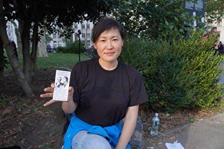 手撕地鐵海報變網紅 美國亞裔女現身反疫苗集會