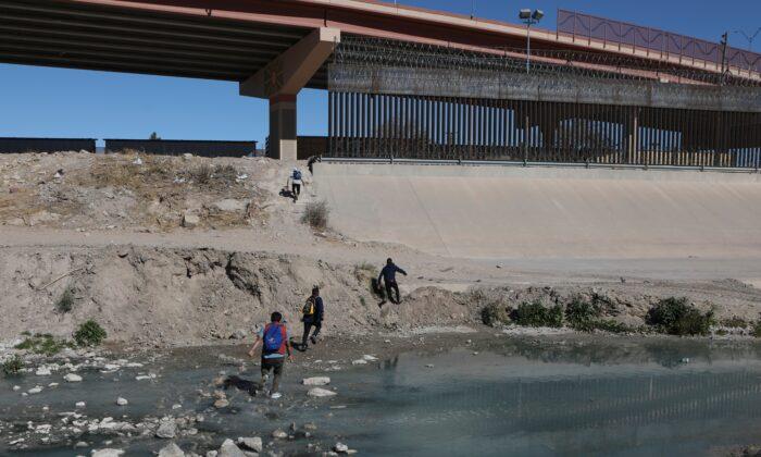 2021年2月5日,非法移民從墨西哥奇瓦瓦州的華雷斯城(Ciudad Juarez, Chihuahua state)穿過布拉沃河(Rio Bravo),前往美國德薩斯州的艾爾帕索(El Paso)。(Herika Martinez/AFP via Getty Images)