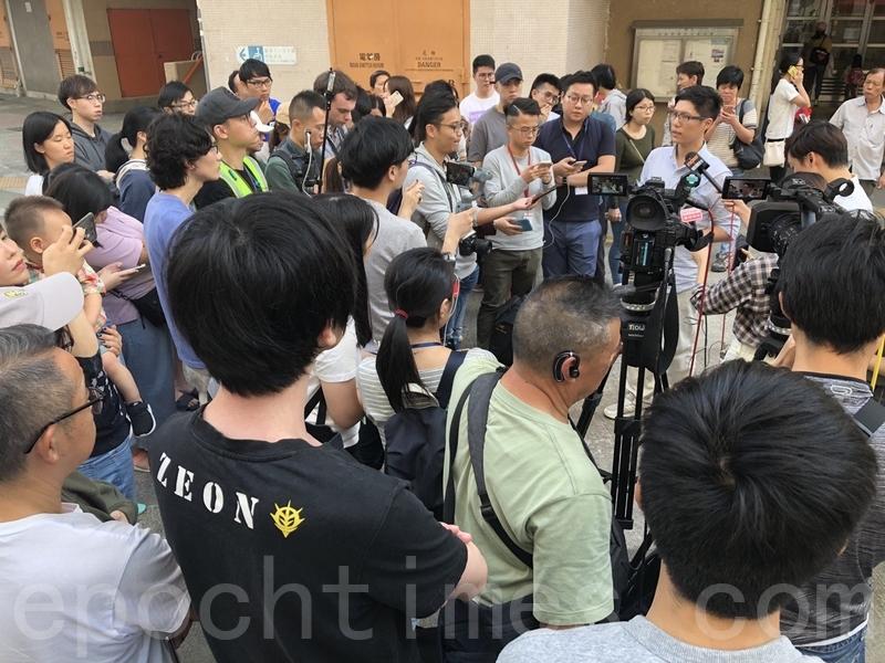 2019年11月24日,香港舉行區議會選舉,屯門樂翠投票站。屯門三聖區候選人巫堃泰召開記者會關於屯門區有造票問題。(余天祐/大紀元)