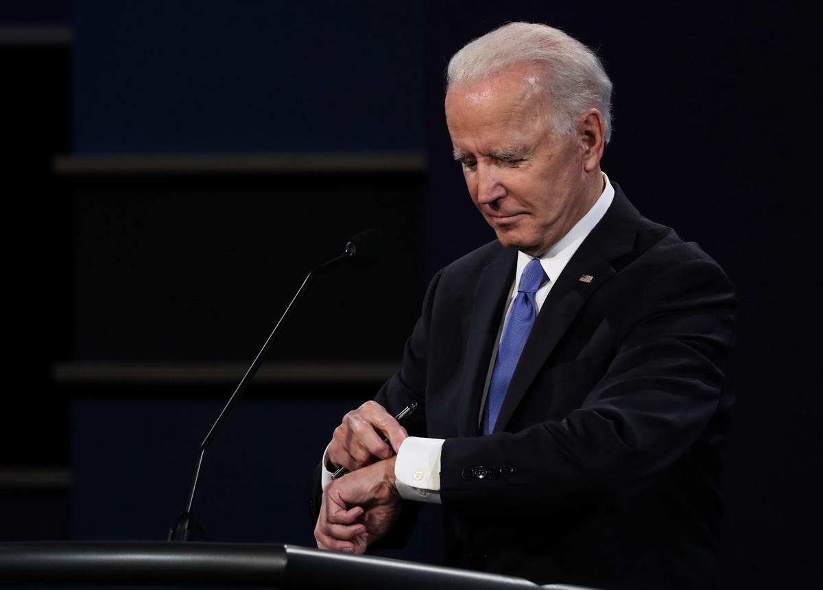 民主黨總統候選人喬·拜登在2020年10月22日於田納西州納什維爾舉辦的最後一場總統辯論會期間查看手錶。(Chip Somodevilla/Getty Images)
