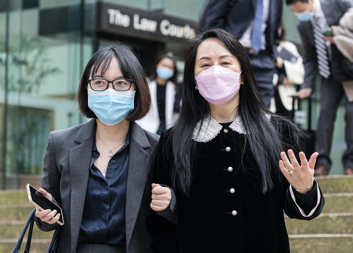 華為首席財務官孟晚舟(右)2021年4月1日在溫哥華舉行的引渡聽證會午休時與朋友離開卑詩省最高法院。(Rich Lam/加通社)