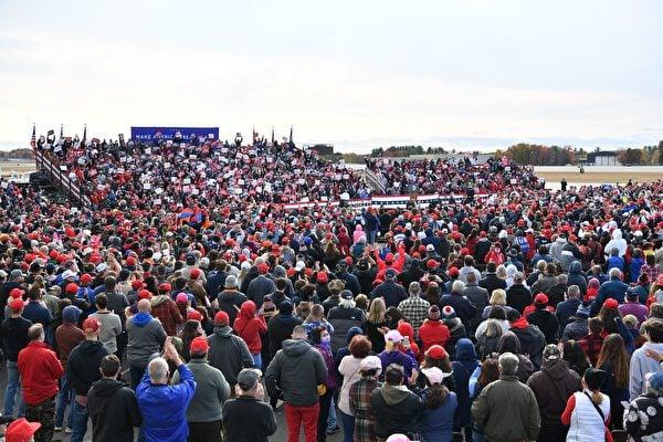 2020年10月25日下午特朗普總統來到新罕布什爾州發表「讓美國再次偉大」演講。背後是空軍一號。(MANDEL NGAN/AFP via Getty Images)