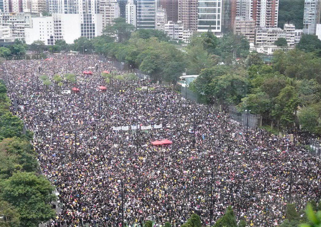 圖為8月18日,港人在維多利亞公園發起「流水式集會」,至少170萬香港市民參加。 (孫青天/大紀元)