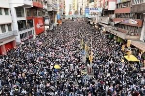 【12.8反暴政】港人再遊行 警察戒備拍攝市民 直升機盤旋