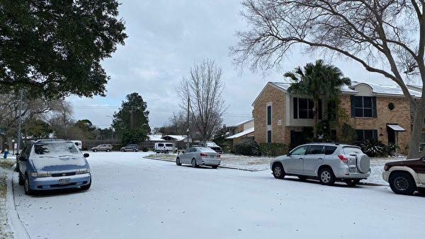 2月15日,一場冬季風暴襲擊德州,歷史罕見低溫,侯斯頓路面上都是冰雪,無人行走。(大紀元)