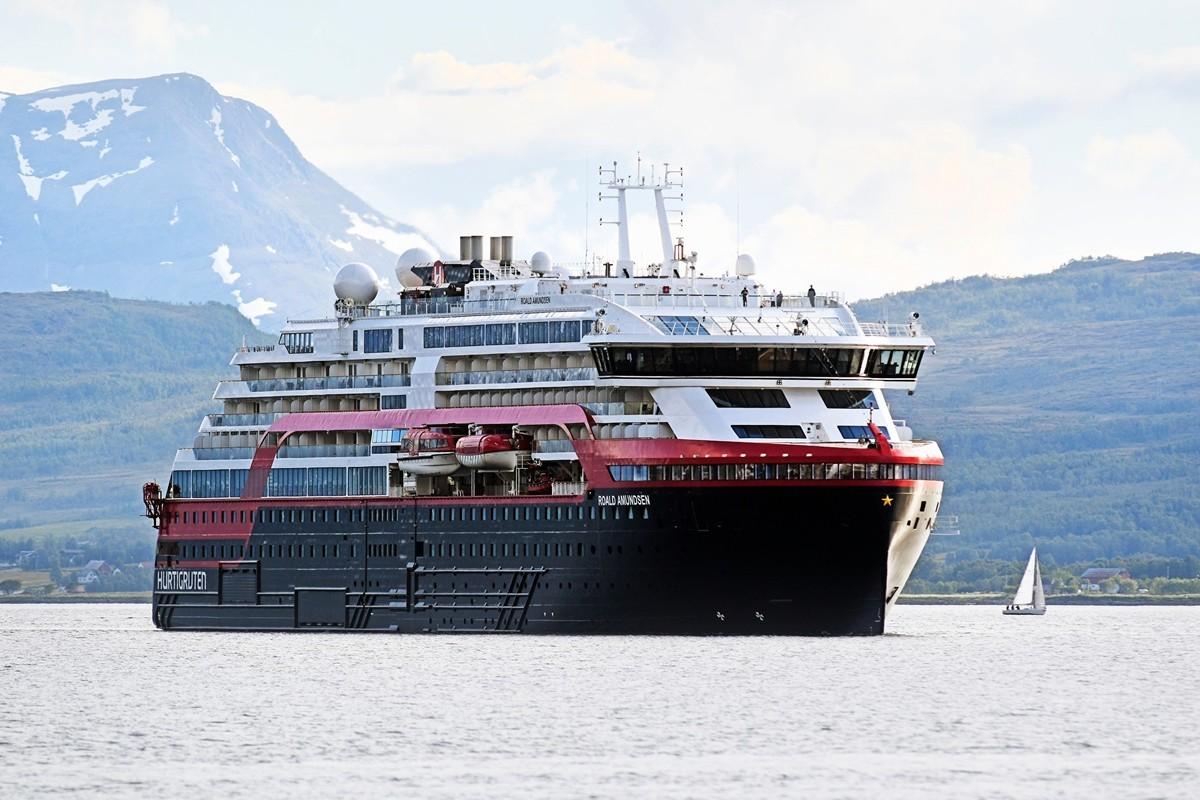 圖為海達路德遊輪公司(Hurtigruten Cruise)的阿蒙森號(MS Roald Amundsen)郵輪(遊輪)。(攝於2019年7月3日)(Rune Stoltz Bertinussen /various sources/AFP)