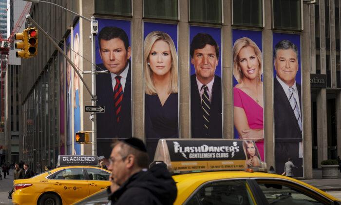 2019年3月13日,紐約市中心的一處廣告看板上,印有霍士新聞主播的照片,包括塔克·卡爾森(Tucker Carlson)和肖恩·漢尼提(Sean Hannity)。(Drew Angerer/Getty Images)
