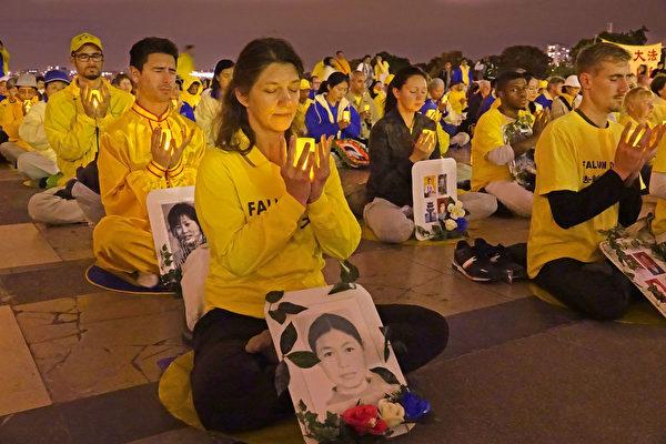 來自歐洲的法輪功學員在巴黎埃菲爾鐵塔對面的人權廣場舉行燭光守夜活動,悼念那些在中國被中共迫害致死的法輪功學員。(葉蕭斌/大紀元)