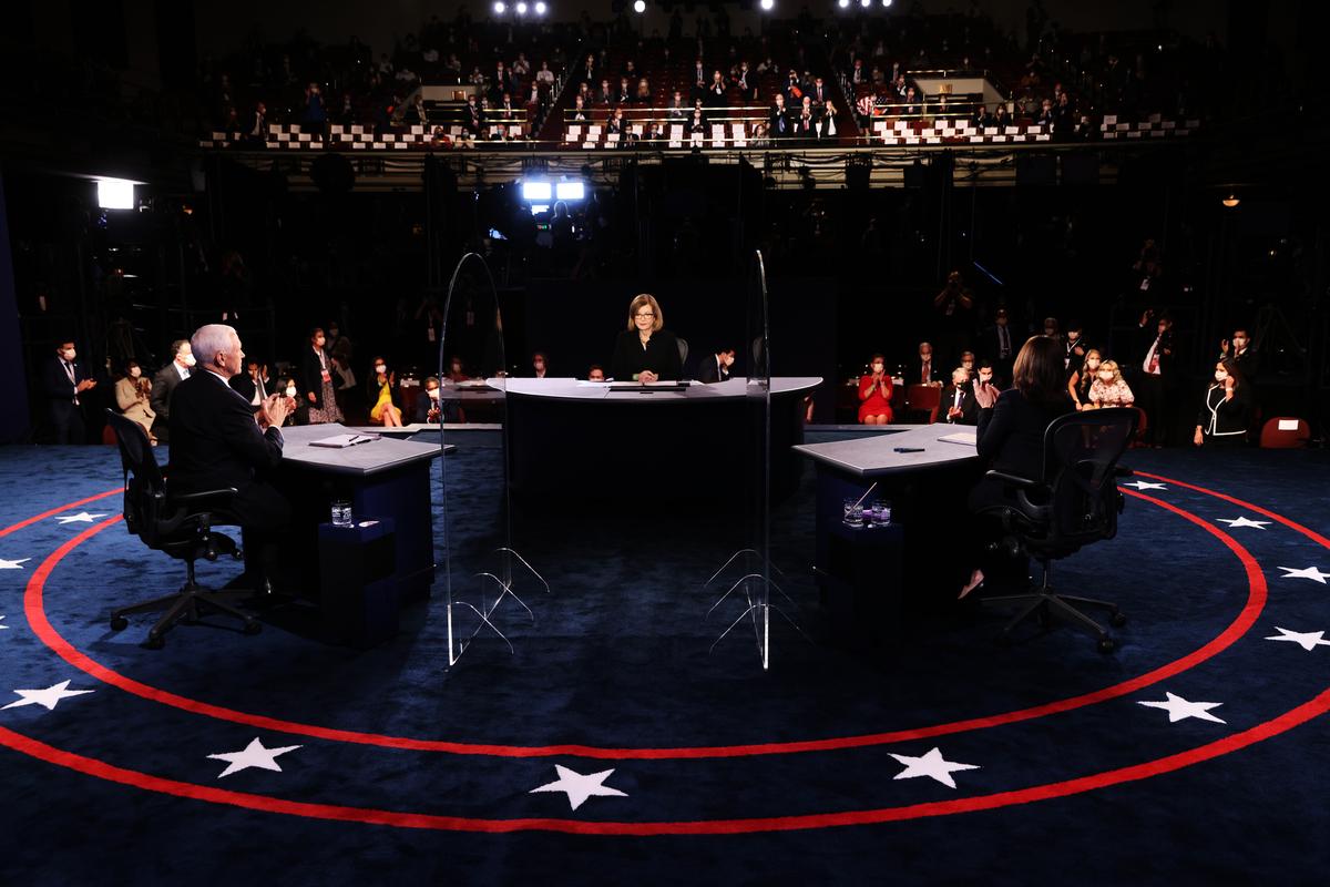 美國2020年大選副總統候選人的唯一辯論,實際上是美國傳統和保守主義的力量,與左翼、極端、和社會主義勢力的一場對決。圖為美國副總統彭斯(左)和參議員賀錦麗(右)及辯論主持人佩吉(中)在辯論現場。 (Justin Sullivan/Getty Images)