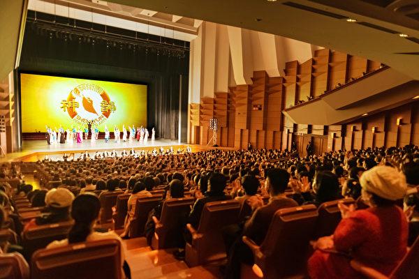 1月27日,神韻紐約藝術團再度蒞臨日本東京,將在3天中進行4場演出,27日晚的演出票房火爆,早已售罄,當晚一票難求。(牛彬/大紀元)