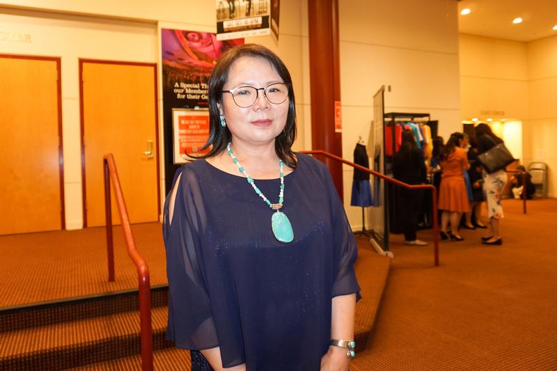 中國婦權組織創辦人兼執行主任張菁於2021年7月24日晚在康州斯坦福市的Palace Theatre觀看美國神韻紐約藝術團的演出。(林南宇/大紀元)