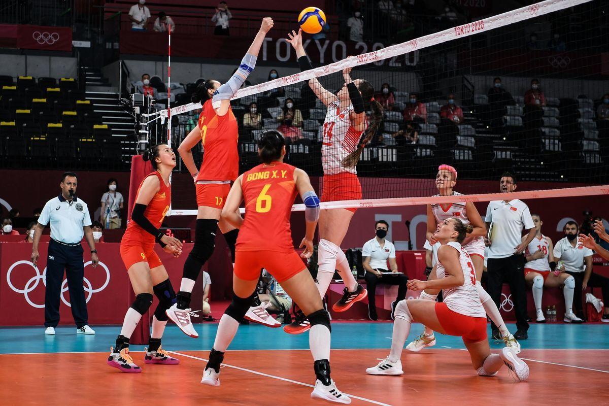 東京奧運女排小組賽B組首輪,衛冕冠軍中國女排0:3完敗給土耳其。圖為雙方比賽瞬間。(YURI CORTEZ/AFP via Getty Images)