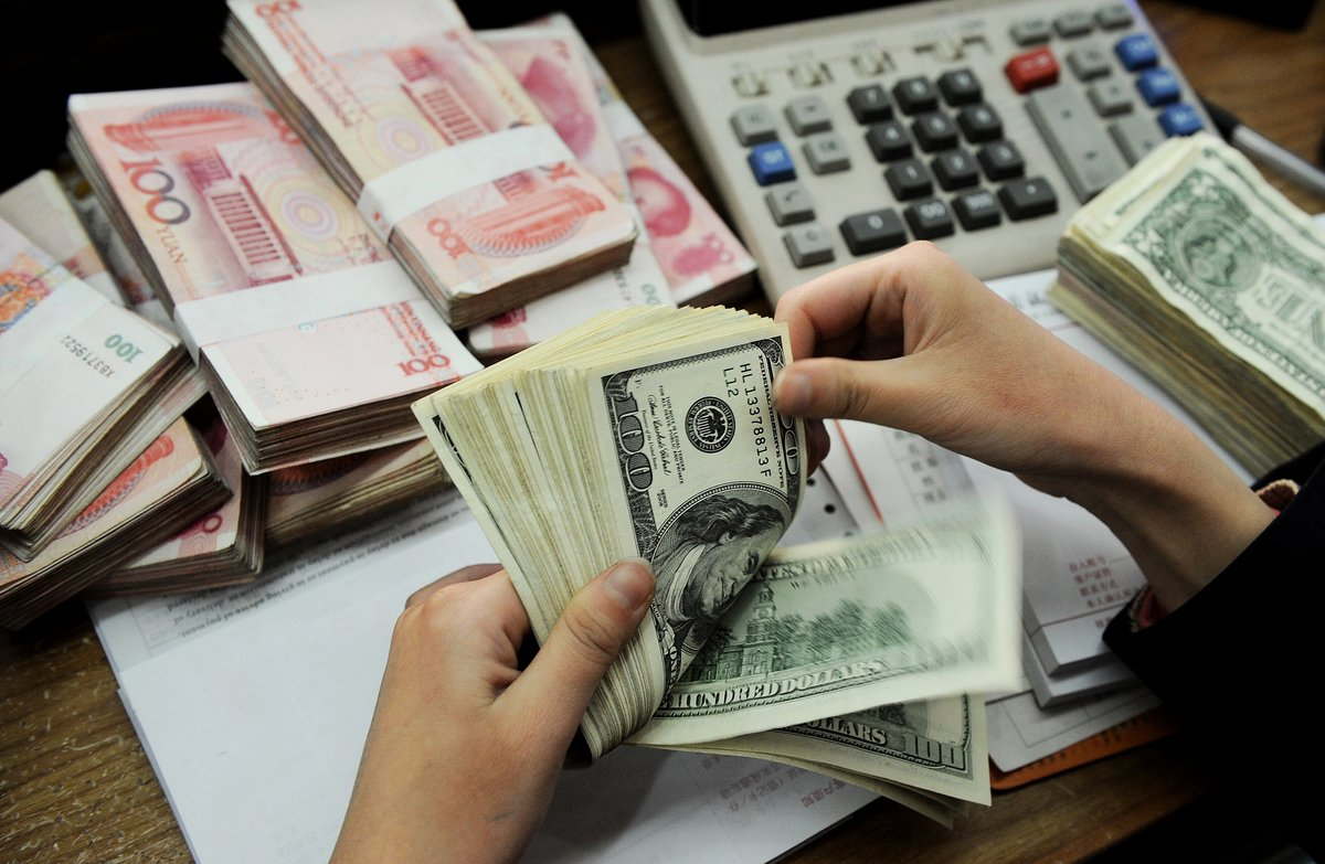 8月5日,中美貿易戰形勢變化令人應接不暇,先是人民幣11年來首破7,不購買美國農產品,傍晚,美國財政部宣佈將中國(中共)列入貨幣操縱國。在24小時之內,貿易戰閃電般升級為貨幣戰。(STR/AFP/Getty Images)