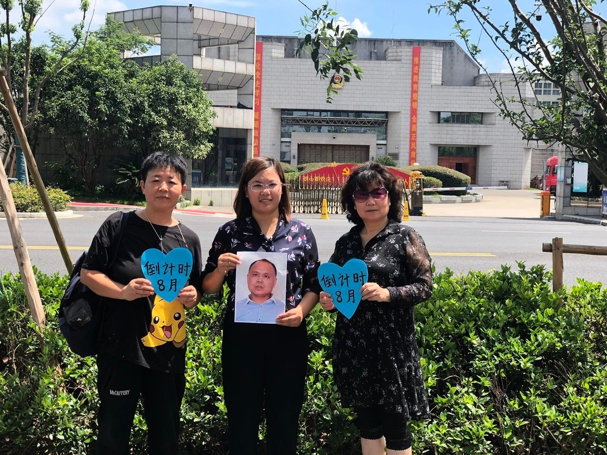 7月20日下午,許豔(中)第六次赴南京監獄探望丈夫余文生律師。(推特圖片)